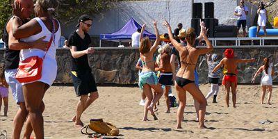 Tanssia ja syötävää Inglesin rannalla Turistienpäivänä