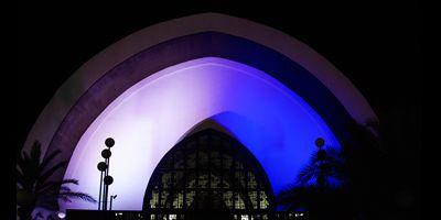 SUOMI 100 VUOTTA: Templo Ecumenicon valaiseminen sinivalkoisin värein