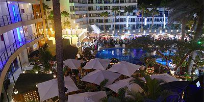 Tunnelmalliset joulumarkkinat hotelli Maritim Playan allasalueella