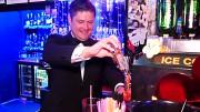 Tangoprinssi Leif Lindeman yllätti asiakkaat Tanssikellari Foxissa Playa del Inglesissä: hän tarjoili tauolla asiakkaille shotteja! -kanariatv.fi