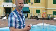 Tangokuningas Marko Maunuksela uima-altaalla Playa del Inglesissä -kanariaTV.fi